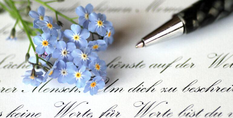 Hochzeit, Hochzeitskonzept, Einladungskarten, Save-The-Date, Papeterie, Schrift, blaue Blume, Kugelschreiber, Liebeszitat