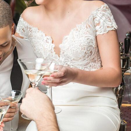Justin Alexaner Kleid, Liebespaar, Bräutigam, Anstoßen, Feiern