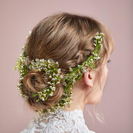 Braut, Brautfrisur, Flechtfrisur, Blumenkranz, Blumen im Haar