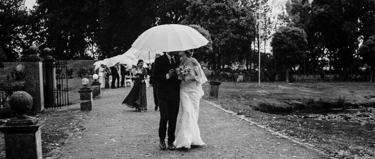 Hochzeit, Braut, Bräutigam, Regen, Regenschirme, Hochzeitsfotografie, Schwarz Weiß Bilder