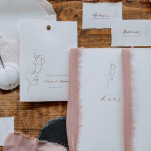 Papeterie, Einladungskarten, Save-the-Date-Karten, Tischkärtchen, brauner Tisch, rosa Stoff